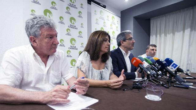 El presidente de Nueva Canarias (NC), Román Rodríguez junto a Pedro Quevedo, Carmen Hernández y Alejandro Jorge