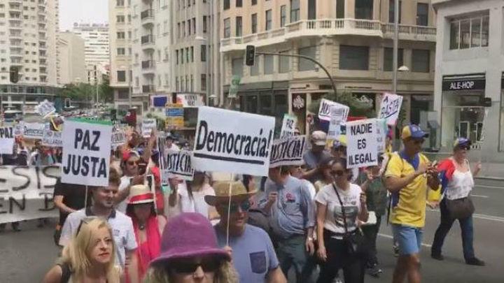 """Cientos de venezolanos se manifiestan en Madrid al grito de """"Maduro asesino"""""""