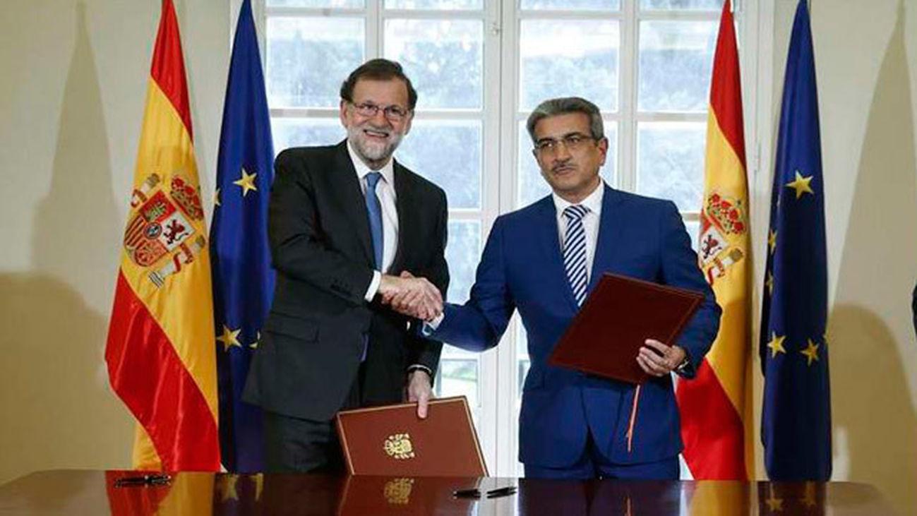 El presidente del Gobierno y del PP, Mariano Rajoy y el líder de Nueva Canarias, Román Rodríguez