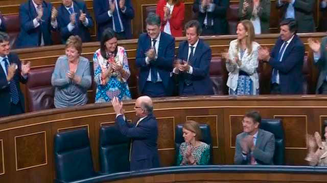 Cristobal Montoro aplaude a sus compañeros tras la última votación