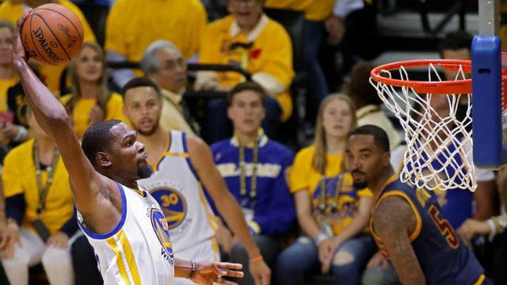 113-90. Durant se exhibe ante James y da primer triunfo a Warriors
