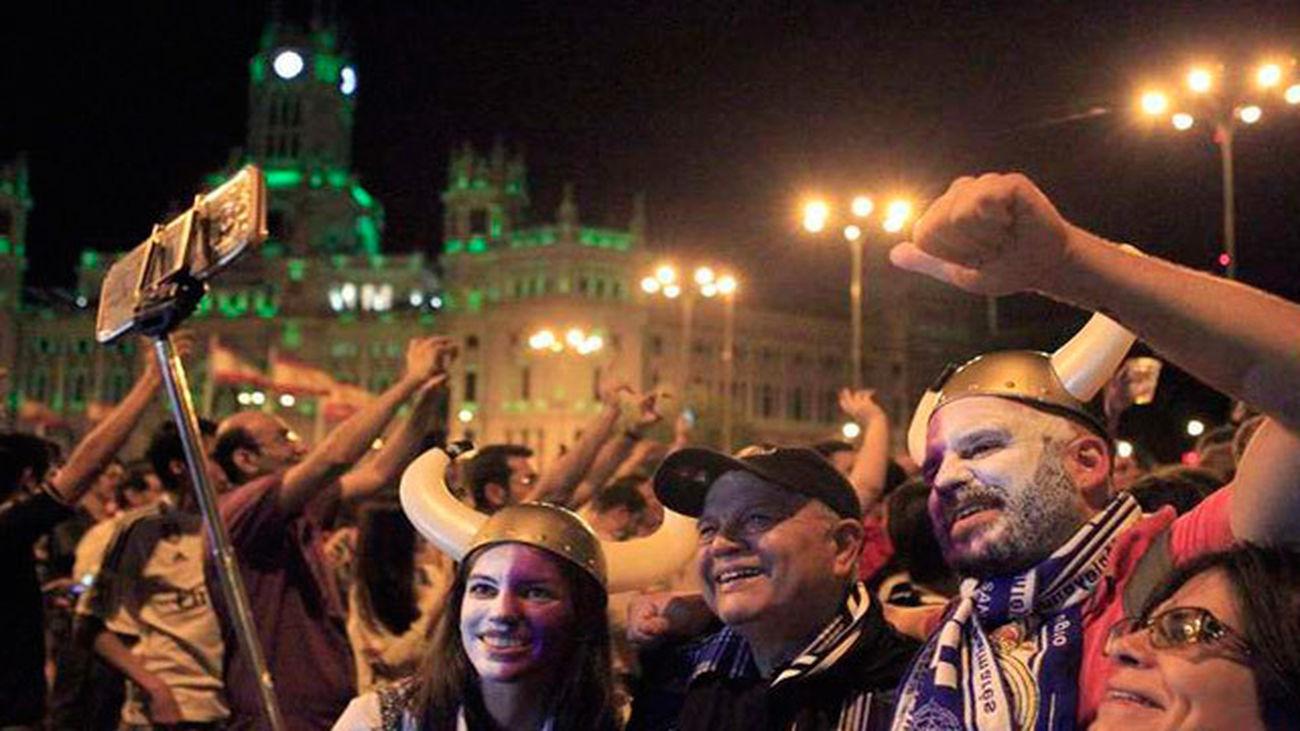 Miles de aficionados inundan la Cibeles para celebrar la Duodécima