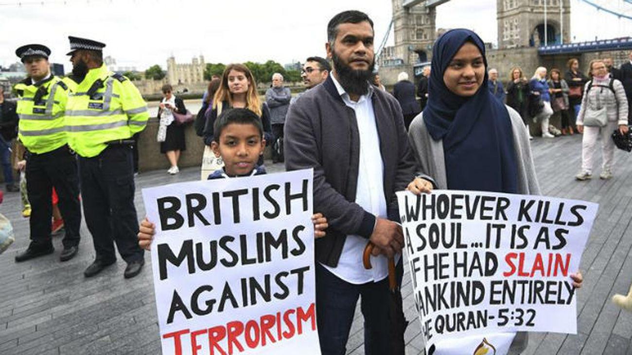 Varias personas participan en una manifestación en solidaridad con las víctimas del ataque que dejó el sábado siete muertos y