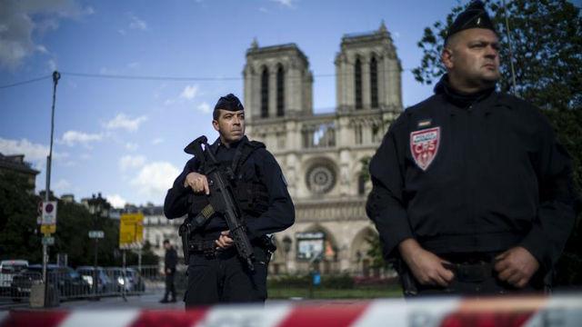 Dos policías hacen guardia en las inmediaciones de la catedral de Notre Dame de París