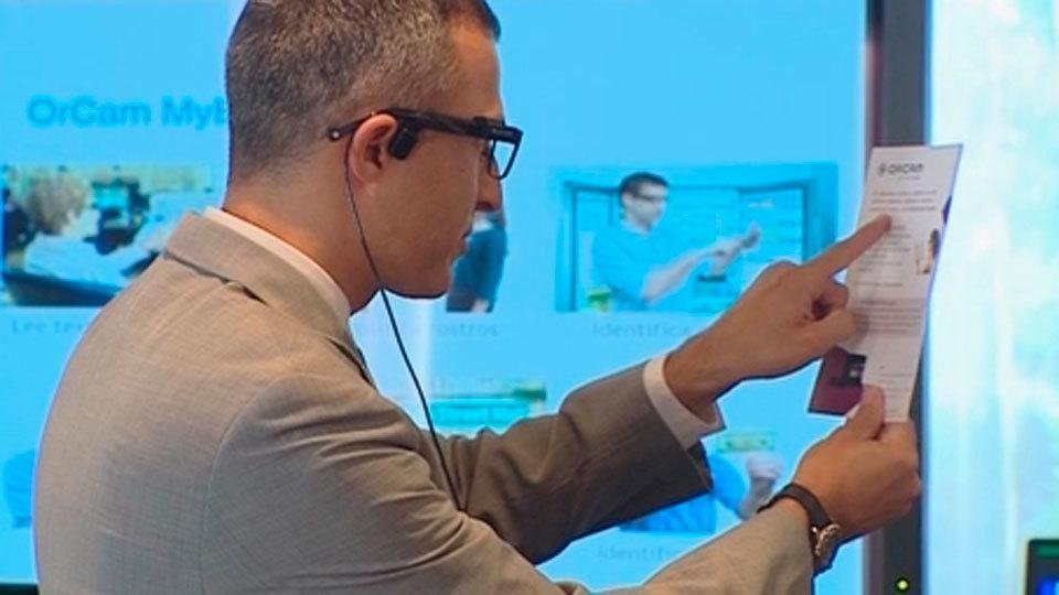 Un revolucionario dispositivo en las gafas permite que los ciegos lean