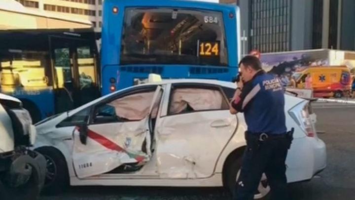 Catorce heridos en un accidente múltiple con 13 coches y dos autobuses de la EMT