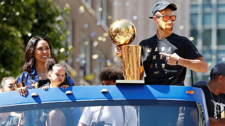 Warriors, con Curry y Durant al frente, vitoreados en un desfile multitudinario