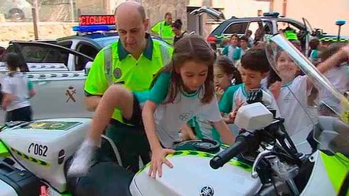 La Guardia Civil recurre a Mickey Mouse para enseñar seguridad vial a niños