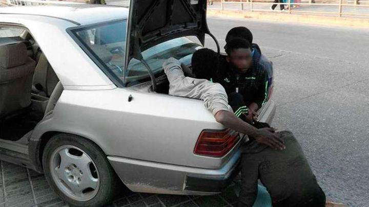 Conductor kamikaze entra con 5 inmigrantes en Melilla y 2 agentes son heridos