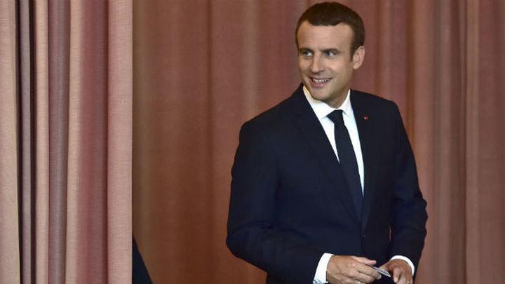 Macron se prepara para una tensa vuelta de vacaciones