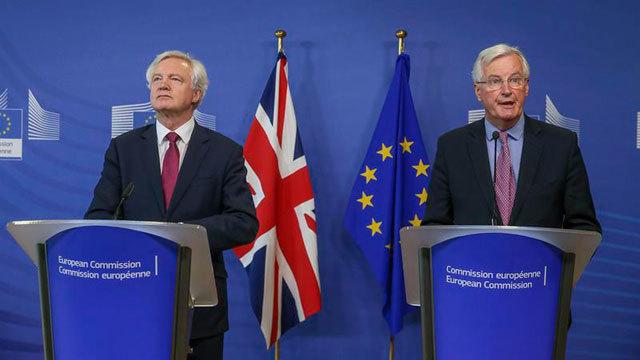 El secretario de Estado británico para la Salida de la UE, David Davis y el negociador jefe de la Comisión Europea, Michel Barn