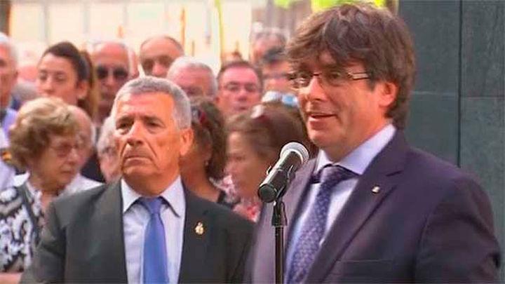 Puigdemont abucheado en un acto de homenaje a las víctimas de Hipercor