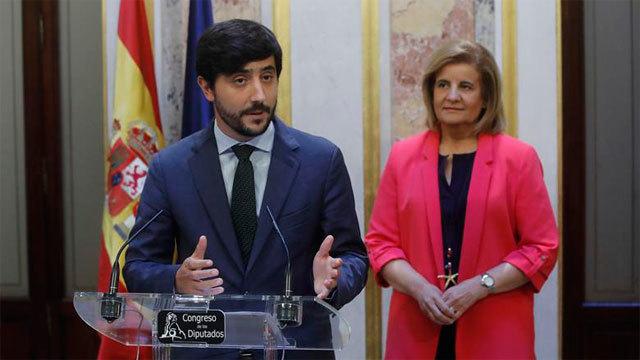 Toni Roldán de Ciudadanos con la ministra de Empleo, Fátima Báñez