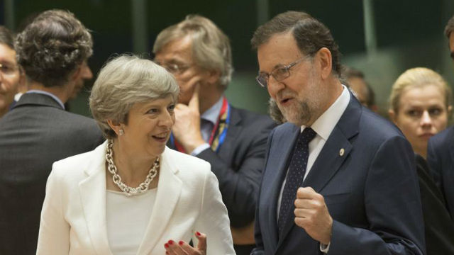 Rajoy traslada a May su prioridad de garantizar los derechos de las personas