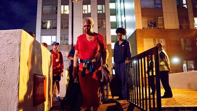 Residentes evacuados del edificio Chalcots Estate en Camden (Londres)