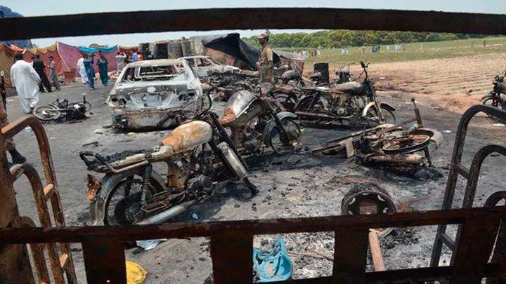 Al menos 120 muertos por explosión de camión cisterna accidentado en Pakistán