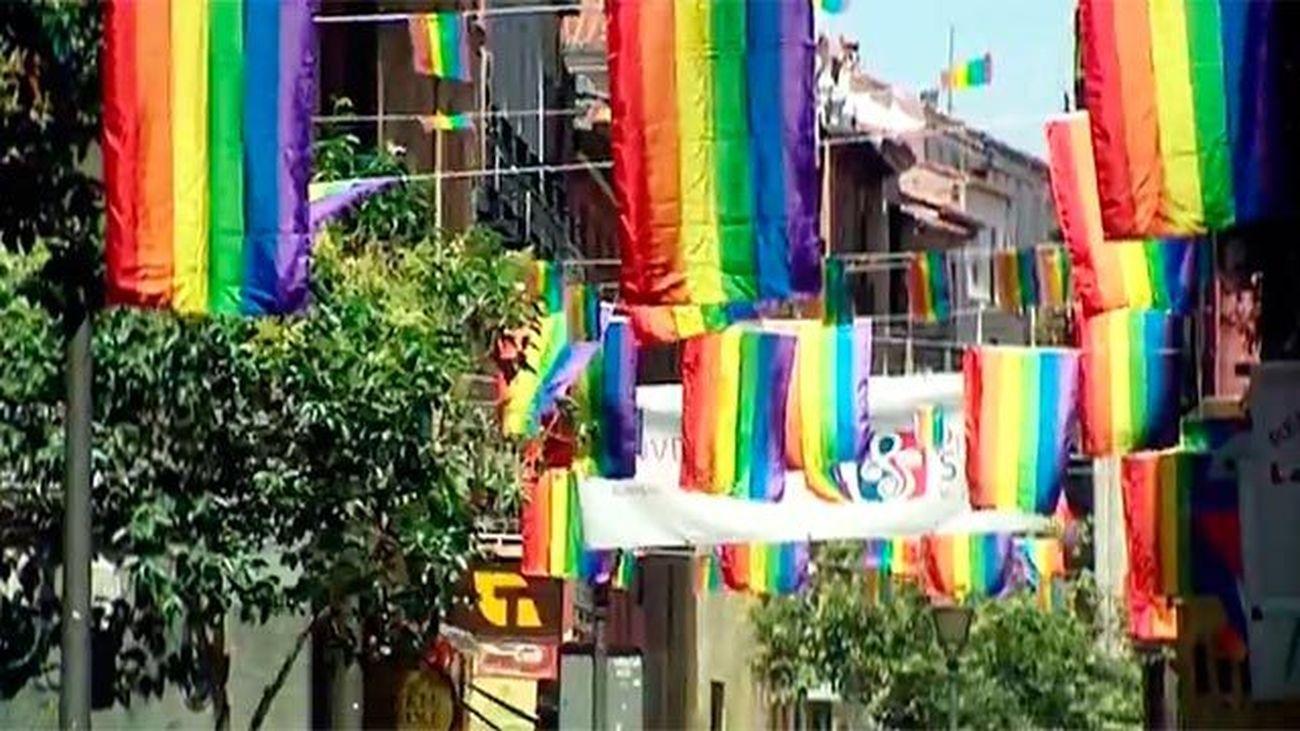 Los colores del arcoíris inundan Chueca