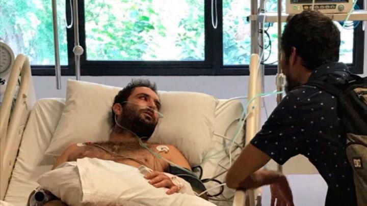 Vuelve a España el surfero enfermo de leucemia en Bali en un avión con apoyo médico