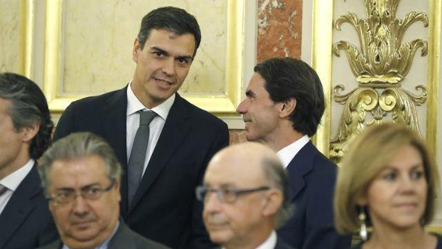 El secretario genral del PSOE, Pedro Sánchez, conversa con el expresidente del Gobierno, José María Aznar