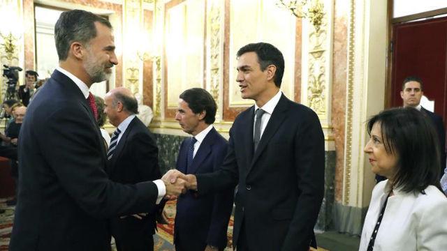 El Rey saluda al secretario general del PSOE, Pedro Sánchez, durante la conmemoración del 40 aniversario de las elecciones de 1977