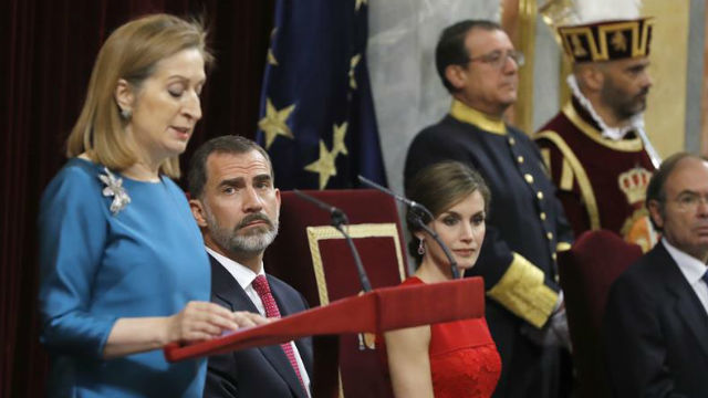 Los Reyes de España atienden el discurso pronunciado por la presidenta del Congreso, Ana Pastor, durante la sesión solemne celebrada hoy en el hemiciclo para conmemorar el 40 aniversario de las primeras elecciones democráticas de 1977