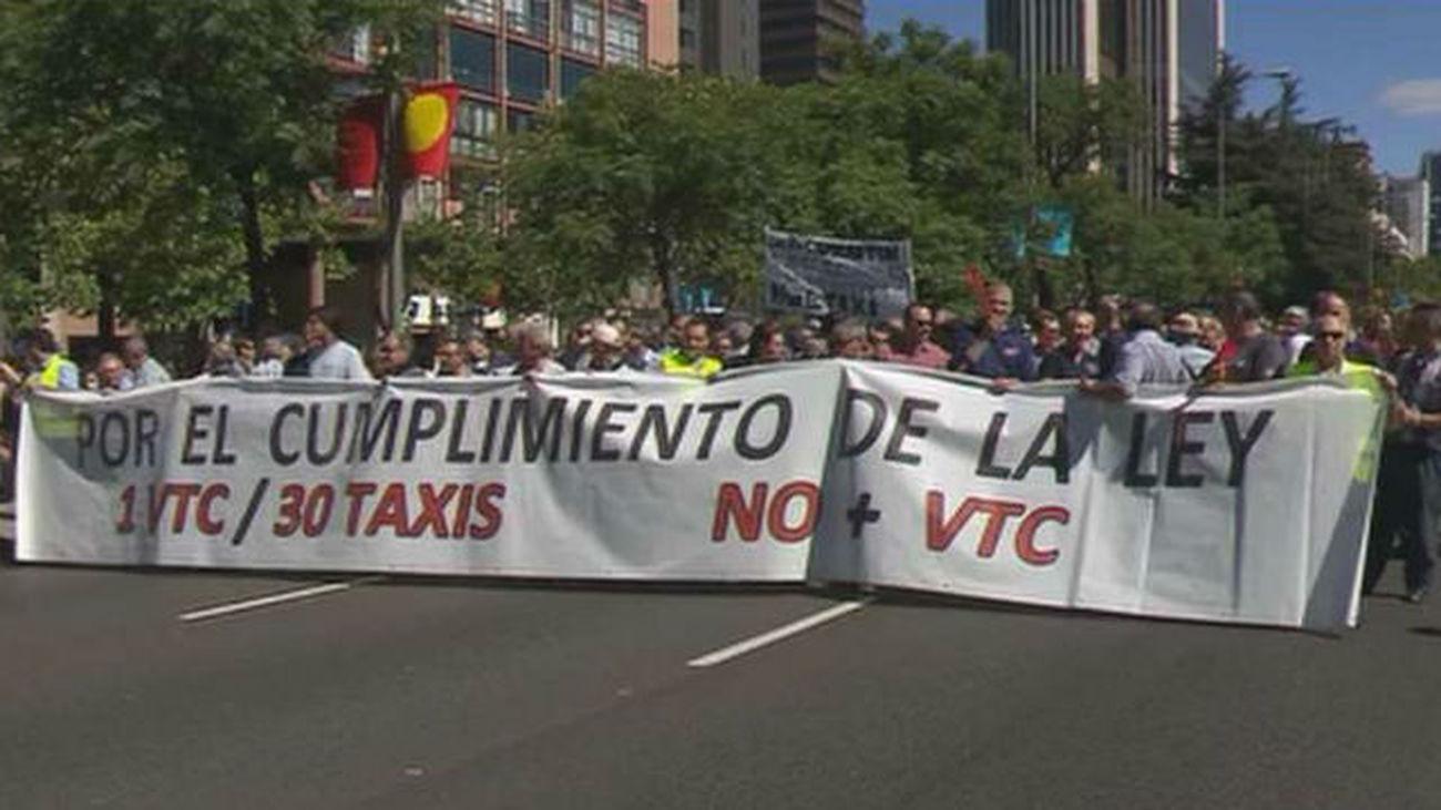 """Unos 3.000 taxistas piden acabar con el """"vacío legal"""" de Uber y Cabify"""