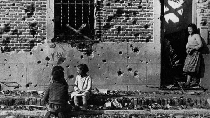 Piden salvar un edificio de Vallecas inmortalizado por  Capa en 1936