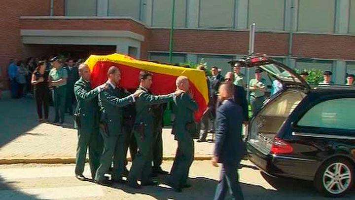 Zoido impone la Cruz al Mérito al Guardia Civil que murió atropellado en la A-1