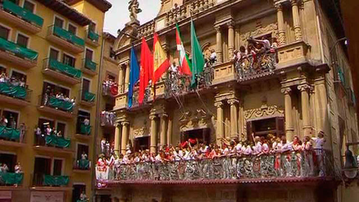 Chupinazo con ikurriña en Pamplona para abrir los sanfermines