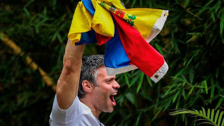 Leopoldo López sale de la cárcel y pasa a arresto domiciliario