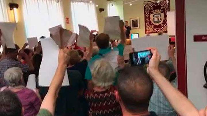 Los vecinos protestan en el Pleno de Chamberí por el cierre de la calle Galileo