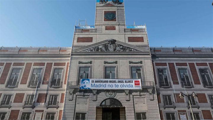 """La Comunidad Madrid cuelga en Sol una pancarta con el lema """"Madrid no te olvida"""""""
