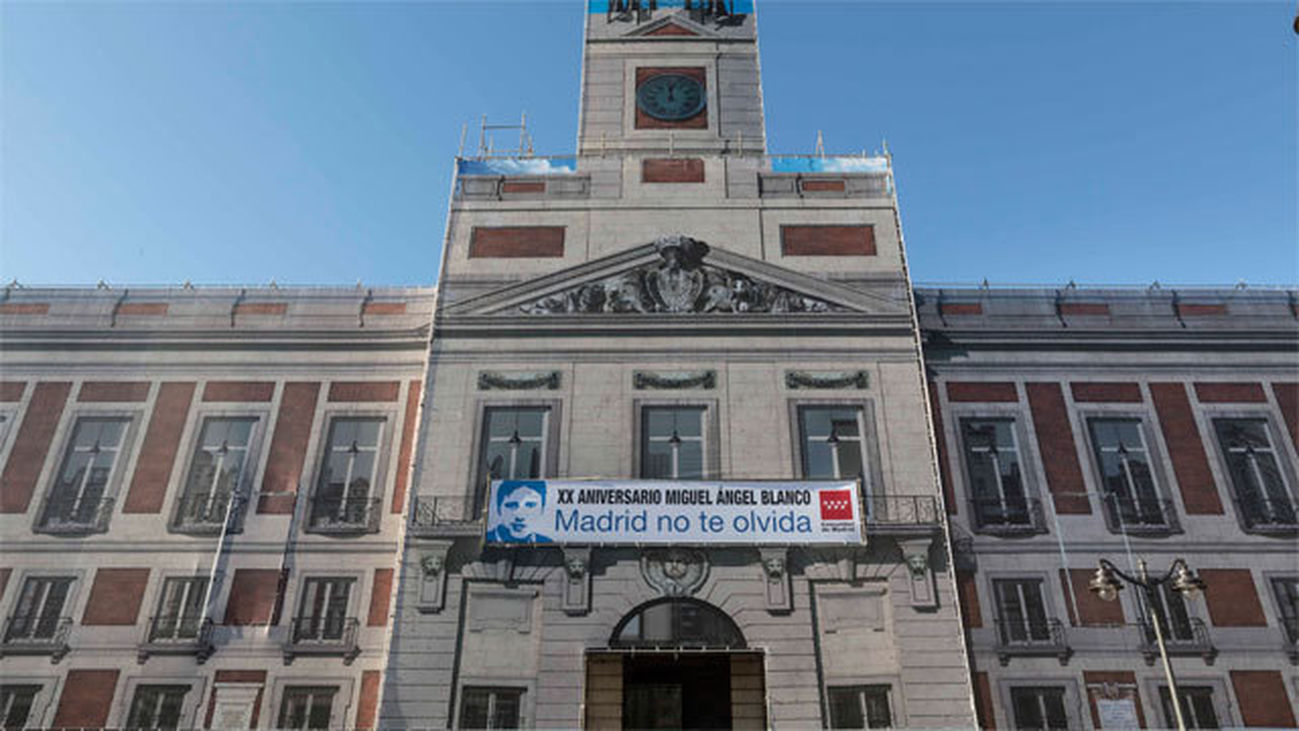 Pancarta en recuerdo de Mihuel angel Blanco en la Real Casa de Correos