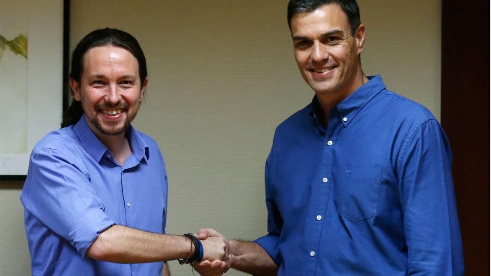 Pedro Sánchez y Pablo Iglesias se dan la mano antes de iniciar la reunión