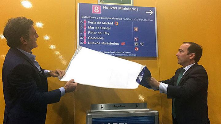 La línea 8 de Metro pionera en su señalización bilingüe