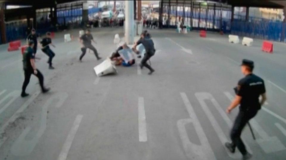 Detenido un hombre que acuchilló a un policía en el paso de Beni Enzar en Melilla