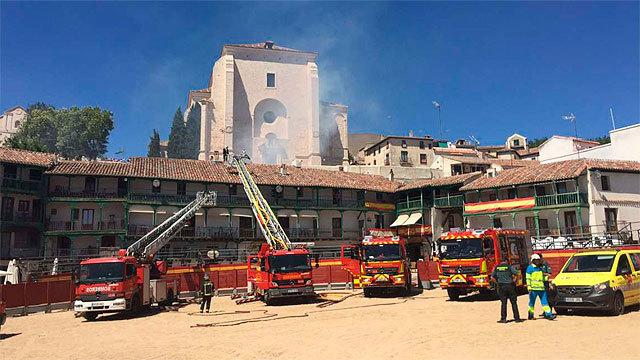 Equipos de bomberos y sanitarios en la Plaza Mayor de Chinchón