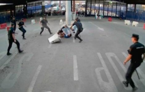 Un hombre acuchilla a un policía en la frontera de Melilla al grito de