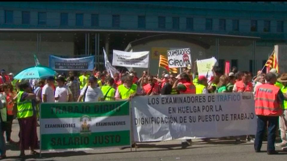Los examinadores de tráfico amenazan con huelga indefinida