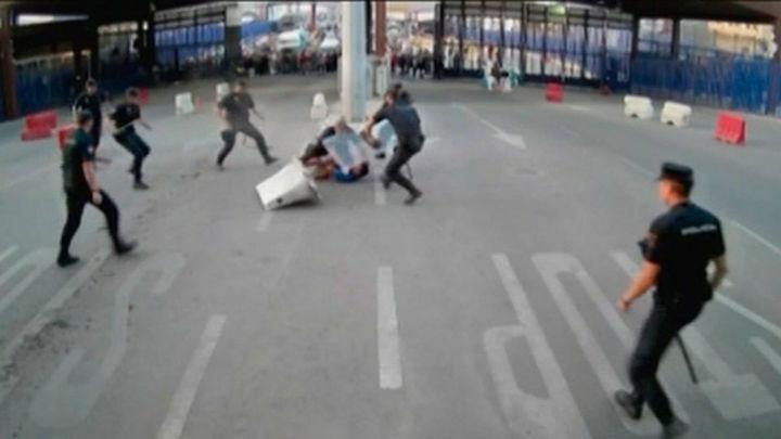 """Un hombre acuchilla a un policía en la frontera de Melilla al grito de """"Alá es grande"""""""