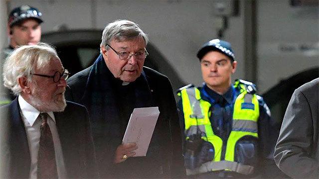 El cardenal George Pell sale de la corte de magistrados en Melbourne