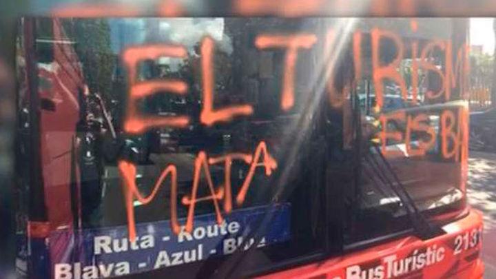 Una organización juvenil vinculada a la CUP reivindica el ataque a un bus turístico