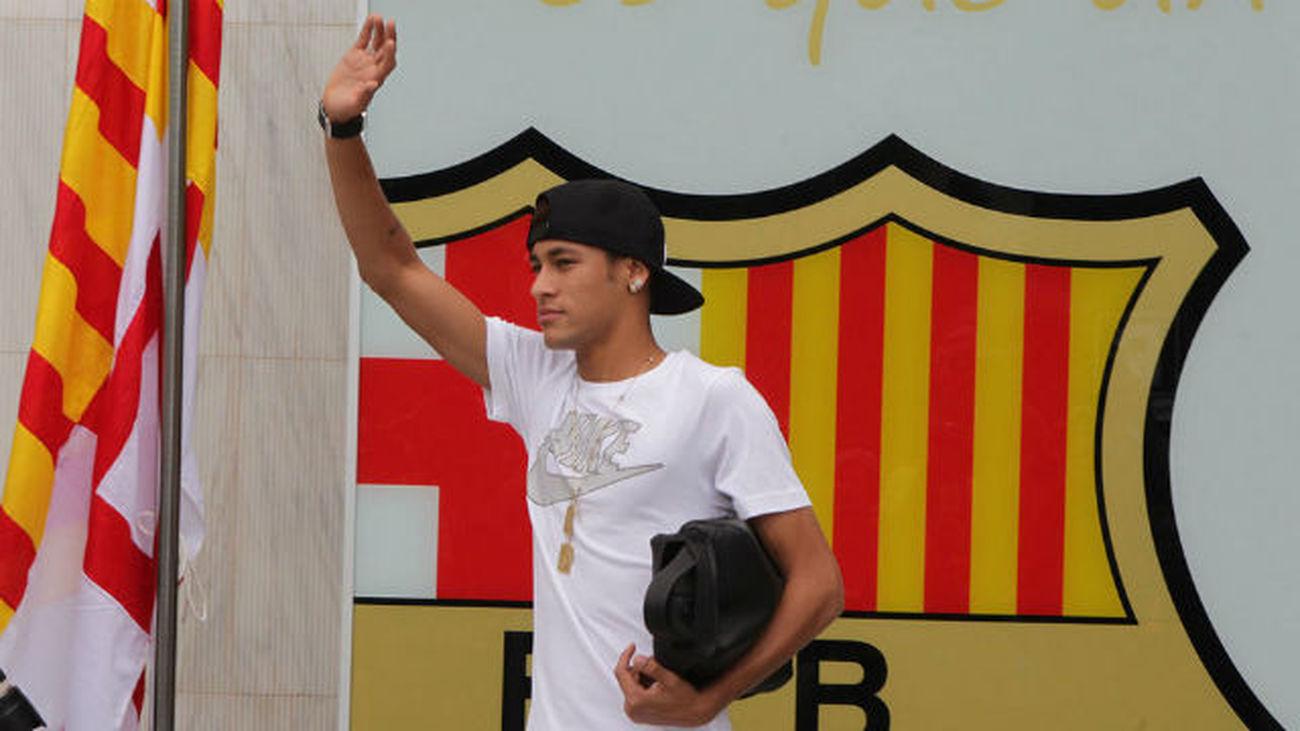 Neymar anuncia a sus compañeros que se va al PSG