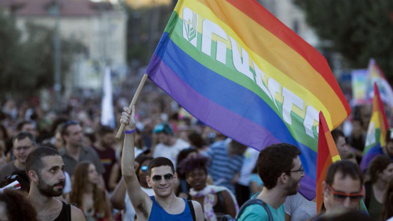 Un hombre sujeta una bandera durante la Marcha del Orgullo LGTB de Jerusalén, en Israel