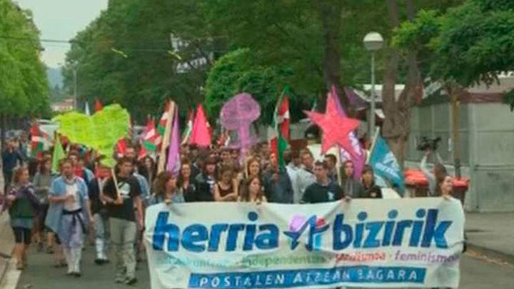 Grupos del entorno de EH Bildu se manifiestan contra el turismo en Vitoria