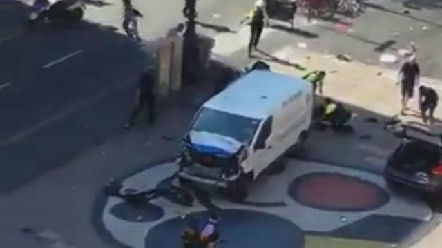 Una furgoneta atropella a varias personas en Las Ramblas, en Barcelona