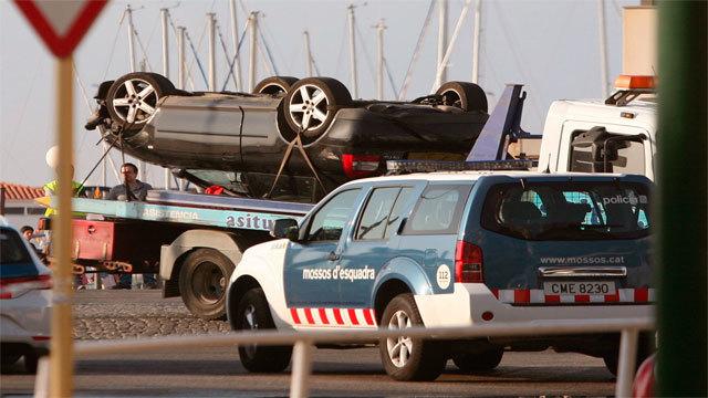 El coche de los presuntos terroristas, abatido por la policía en Cambrils