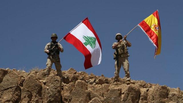 El Ejército libanés ondea la bandera  española en recuerdo a las víctimas
