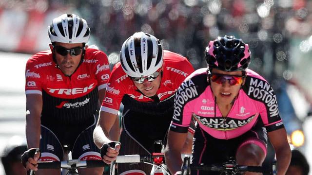 Alberto Contador, su compañero de equipo, el estadounidense, Peter Stetina, y el colombiano del equipo Manzana Postobón, a su l