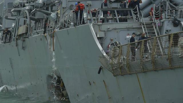 Vista de los daños en el casco del destructor de misiles guiados estadounidense USS John S McCain